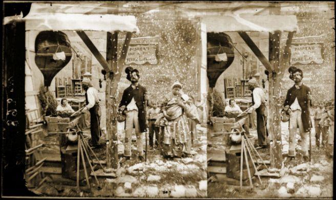 Mendiants devant l'atelier d'un maréchal-ferrant. Reconstitution d'une scène, sous le Second Empire. Vue stéréoscopique.