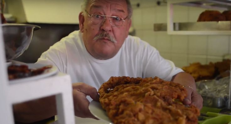 Kilós rántott hús, 30 fej rántott gomba, fél kiló tészta. Fél adag nincs, ami marad az megy a zacskóba! Utánajártunk mi a helyzet a Bádog Gundelben, így 29 év után.