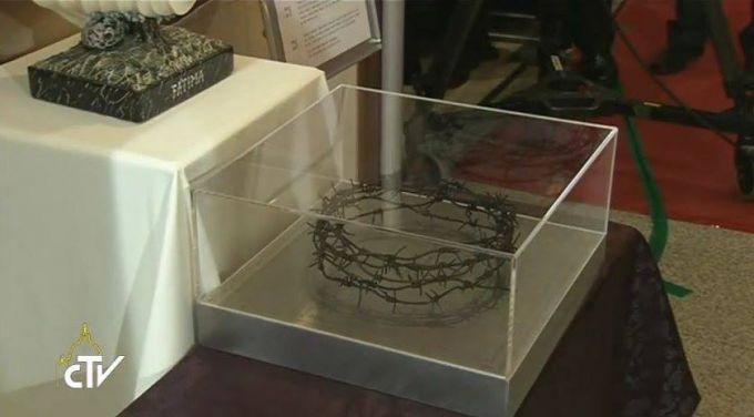Obsequian al Papa Francisco corona de espinas hecha con restos de cerca original que dividió a Corea