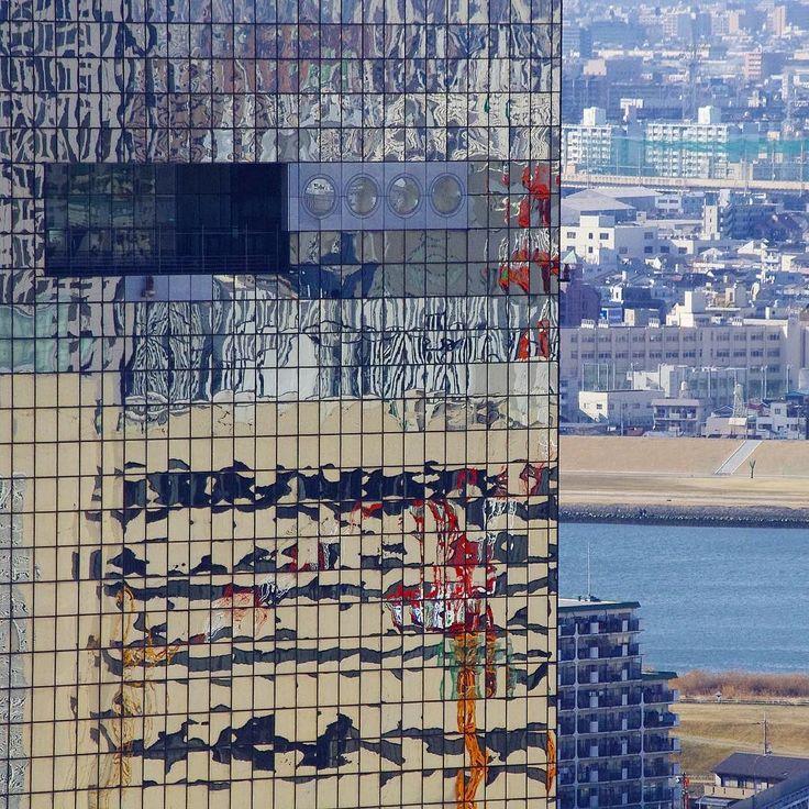 А это другой символ современной Осаки - 173 метровый небоскреб Умэда Скайбилдинг. В его зеркальных окнах отражается стройка нового вокзала. Вокзал к слову уже отстроен открыт и успел стать новой достопримечательностью Осаки. #Осака #Умеда #Умэда #Ханкю #Вокзал #небоскреб #Скайбилдинг #Ёдогава #архитектура #дизайн #Япония #Кансай #мидокоро
