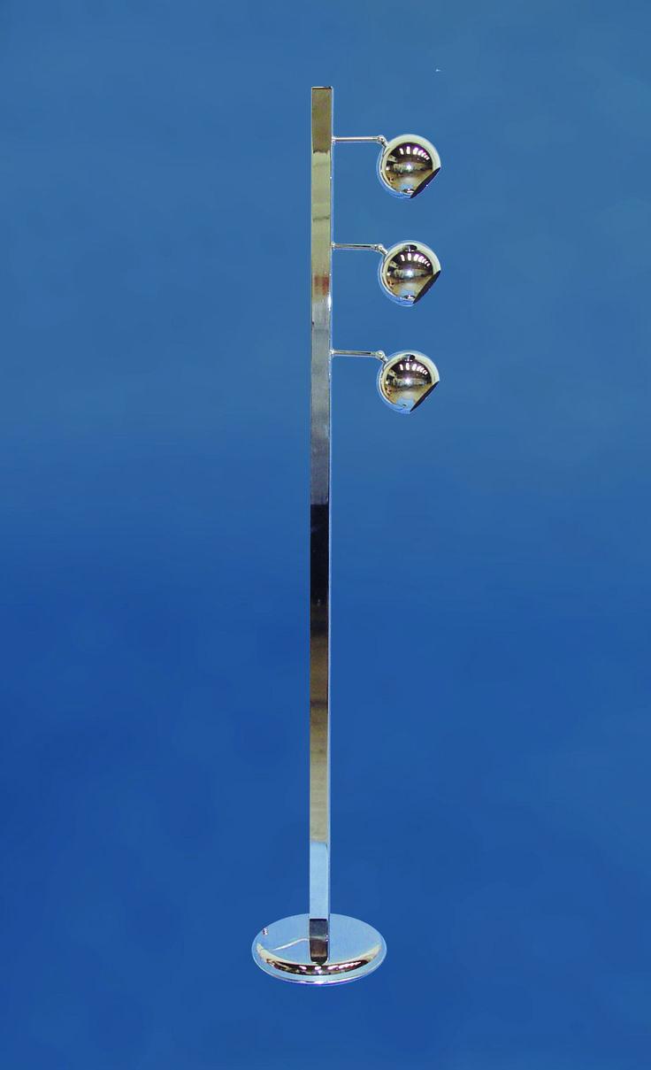 Lámpara de pie riga  https://novaluz.es/es/pie-de-salon/156-lampara-de-pie-riga.html  Lámpara pie de salón metálico fabricado con tubo rectangular y tres brazos pequeños con una bola metálica en cada uno de ellos. Cada bola lleva una rótula para poder orientarlas. Portalámparas son E-14 (rosca fina). Ideal por su funcionalidad y elemento decorativo.