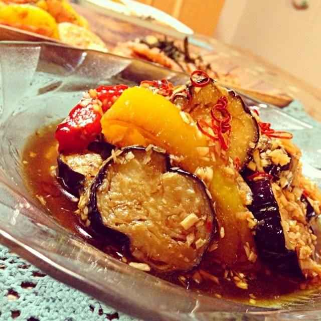 夏の終わりに、こんな一品♡ ビールをぷは〜♪ まだまだ美味しいですね(。-ܫ-。)ムフッ♥ 茄子を揚げるのが大好き! 揚げ浸しもいいけど、ピリ辛のもたまにはいいねっ♡ - 177件のもぐもぐ - 茄子とパプリカの香味中華風サラダ♡ by okanakirom