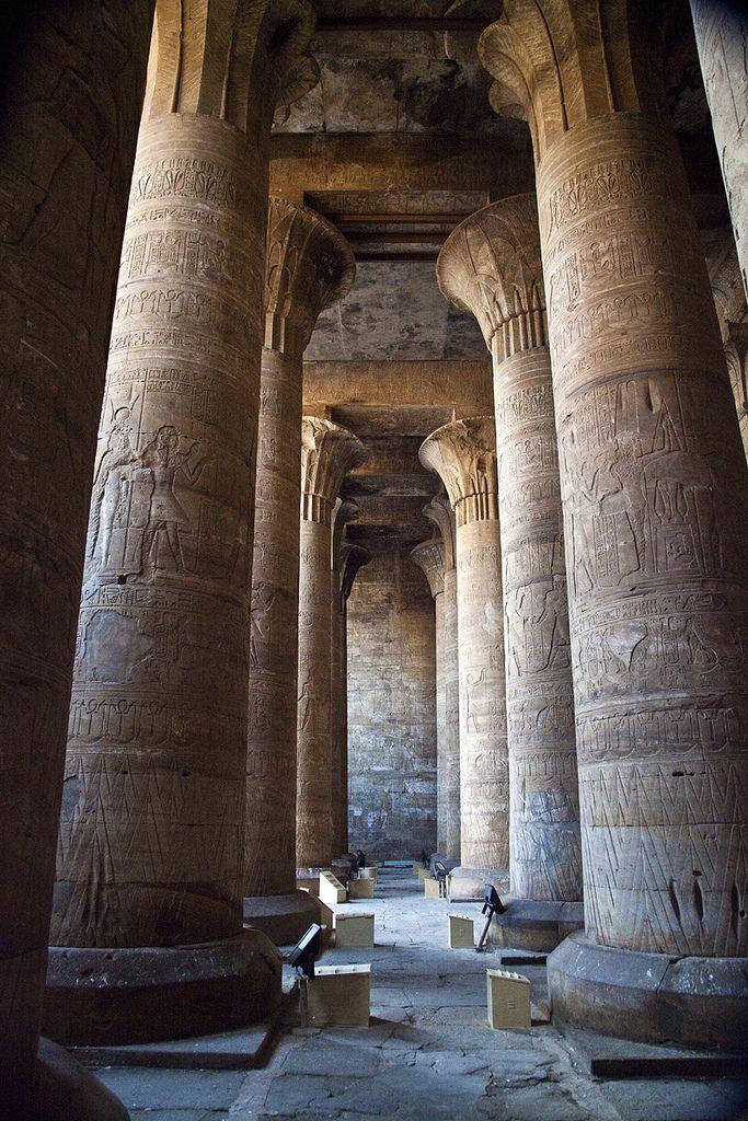 Templo de Edfu, Egito: A construção do templo foi iniciada em 237 a.C por Ptolomeo III Evérgetes I e as obras foram terminadas em totalidade em 57 a.C. É o templo melhor conservado do Egito e segundo mais importante, depois de Karnak. Mede 137 metros de comprimento, 79 metros de largura e 39 metros de altura e representa a típica construção egípcia com o pilone, o pátio, 2 salas hipóstilas, 1 sala de oferendas, 1 sala central e o santuário.