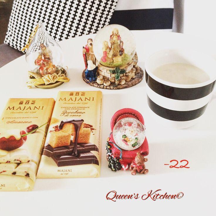 """""""Osserviamo costantemente con animo sereno le piccole cose, i gesti quotidiani, gli incontri apparentemente casuali. Oltre la Bontà, la dolcezza e la tenerezza dei sentimenti ci renderanno capaci di amicizie."""" Don Gallo #christmascountdown -22 #buongiorno con #caffellatte e #cioccolato @majani_1796 bastasse agitare la nostra vita come una boule de neige per far cadere fiocchi di #felicità ☕️ [blog! http://www.queenskitchen.it ]"""