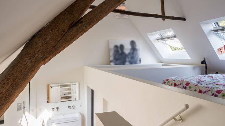 Herindeling woonboerderij met behoud van oude spanten, luxe woonkeuken en open slaapkamer met badkamer in zolder : Moderne slaapkamers van Joep van Os Architectenbureau