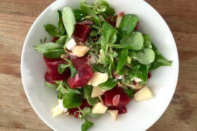 Jonge bieten salade snel en lekker