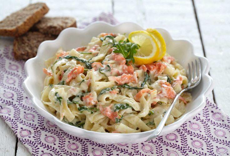 Røkt laks og spinat er en god blanding i en pastasaus. Herlig oppskrift på rask hverdagsmiddag som hele familien kan like. Bruk tagliatelle, spaghetti eller den pastaen som du liker best.