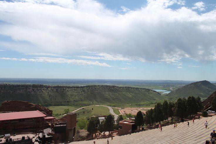 The Amphitheatre, openlucht concertpodium met uitzicht op Dinosaur Ridge
