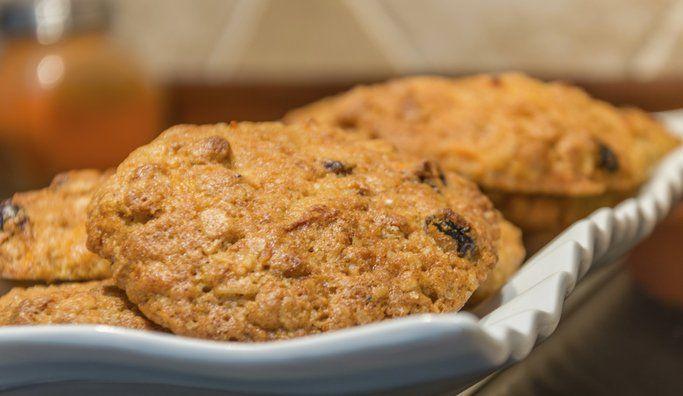 Las mejores galletas de avena para una merienda saludable - IMujer 1 taza de harina 1 cucharadita de polvo de hornear 1/3 taza de aceite de maíz 2/3 taza azúcar rubia 1 huevo 1 cucharadita de extracto de vainilla 1/2 taza de copos de avena 1/2 taza de pasas de uva