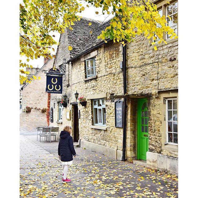 British countryside at its best: Castle Combe in Cotswolds by travel and lifestyle blogger @machedavvero Vecchi pub di campagna, casette di mattoncini dalle porte rosse e dai tetti storti, muretti a secco, prati verdissimi e quel fascino che solo la campagna inglese può avere. Siamo in Cotswolds e ne siamo già innamorati. #Cotswolds #Witney #britishcountrysi