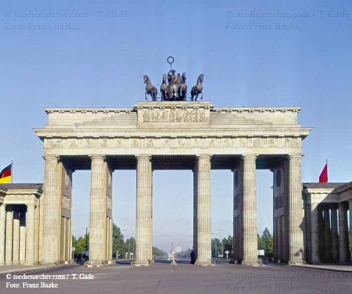 Berlin-1960-1961 1960  Berlin  Brandenburger Tor  DDR  Deutschland  Germany  Mitte  Ostberlin medienarchiv.com fotos
