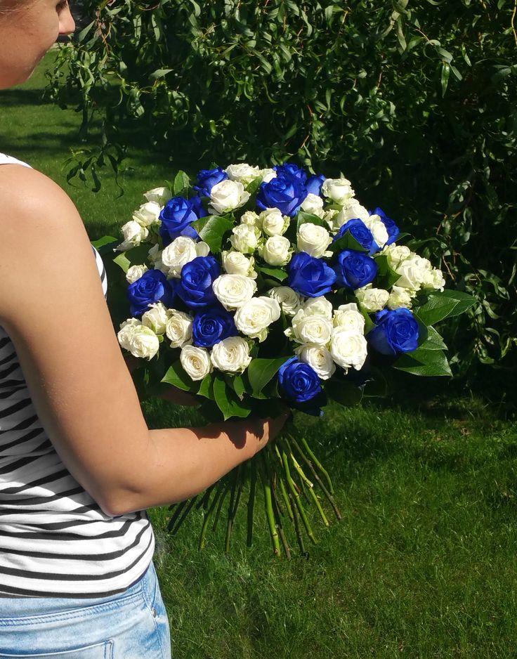 Narodeninová kytica z bielych a modrých ruží, ako dokonalé prekvapenie. #suprise #birthdayflowers #flowers #roses #blueroses #whiteroses #gift #slovakia #kvetyexpres