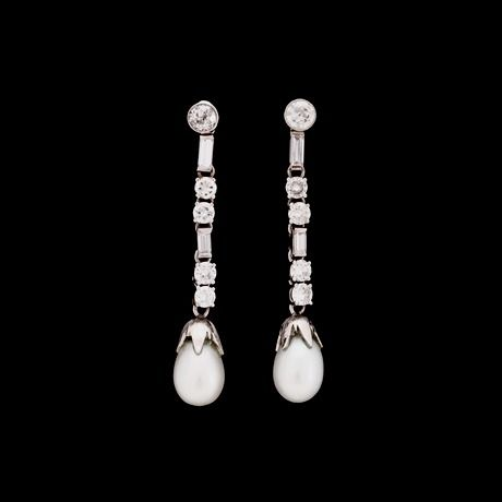 ÖRHÄNGEN, briljant- och 2 baguettslipade diamanter, ca 1.60 ct, med odlad droppärla.  14k vitguld. Hängande delen avtagbar, övre diamanten gammalslipad. Stift. Pärla limmad.