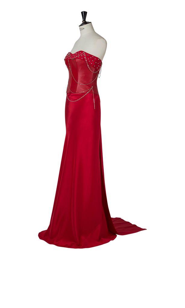 Vestido largo dos piezas, inspirado en los años 80. Corpiño de piel con tachuelas y cadenas de plata. Falda de crêpe de seda trabajada al bies para adapatarse a la figura y dos caídas en su espalda que forman un vestido sencillo con un toque ochentero.
