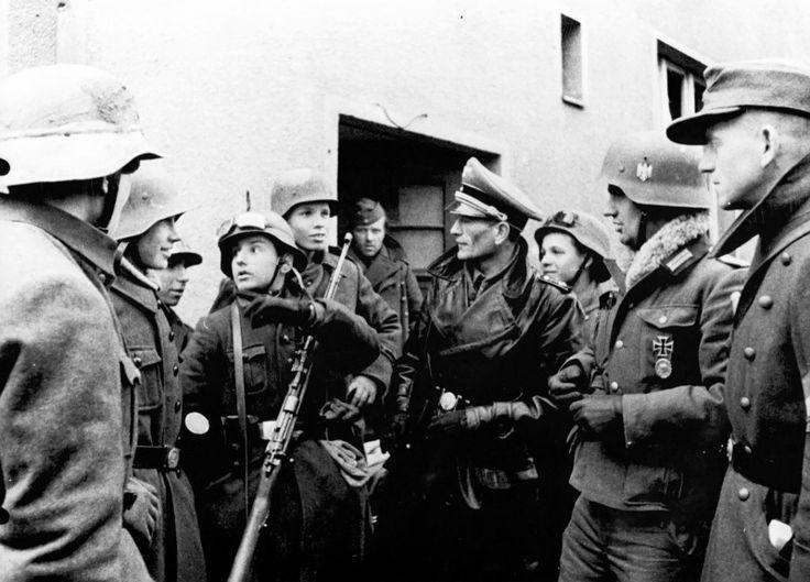 Защитники немецкого города Пиритц (Pyritz) в Померании - юные добровольцы из гитлерюгенда, командиры фольксштурма и вермахта обсуждают план обороны города от наступающих частей Красной Армии.