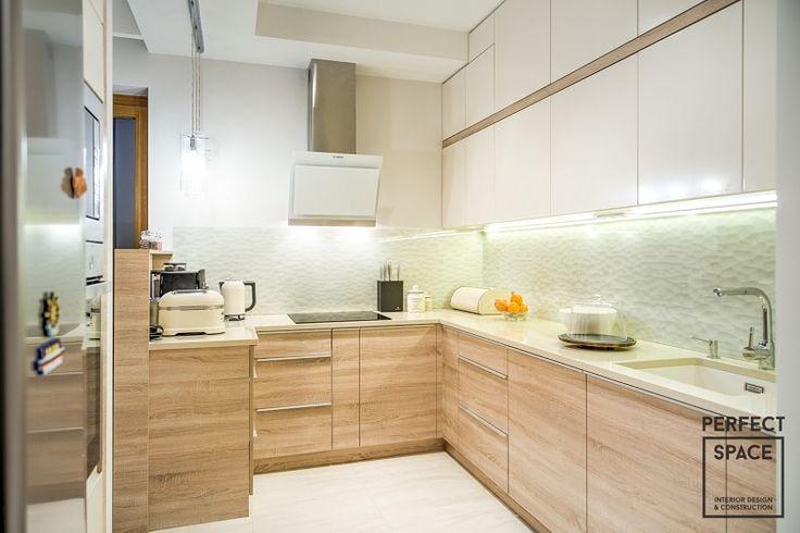 Okap kuchenny w stalowym kolorze i białym frontem pasującym do wnętrza kuchni.