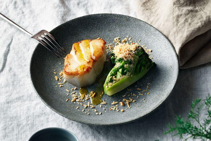 Smörstekt skrei med broccoli och hasselnötter.