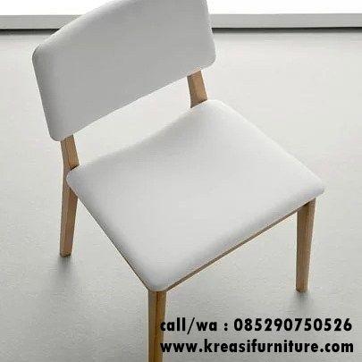 Kursi Cafe Jati Jok Putih merupakan kursi cafe minimalis modern dengan desain yang simpel namun tetap nyaman karena di balut jok yang empuk kain oscar.