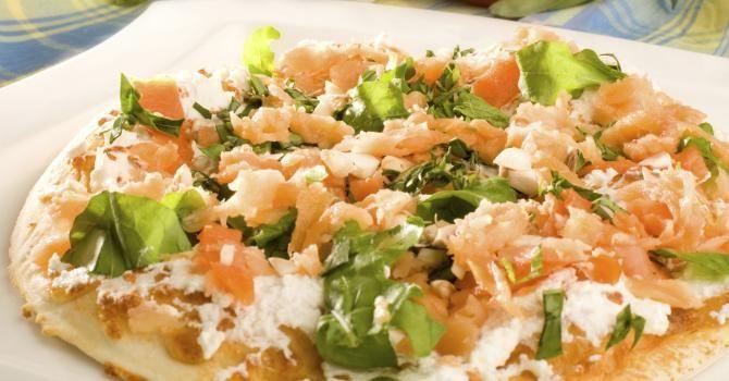 Recette de Pizza light au saumon fumé et Carré Frais© 0%. Facile et rapide à réaliser, goûteuse et diététique. Ingrédients, préparation et recettes associées.