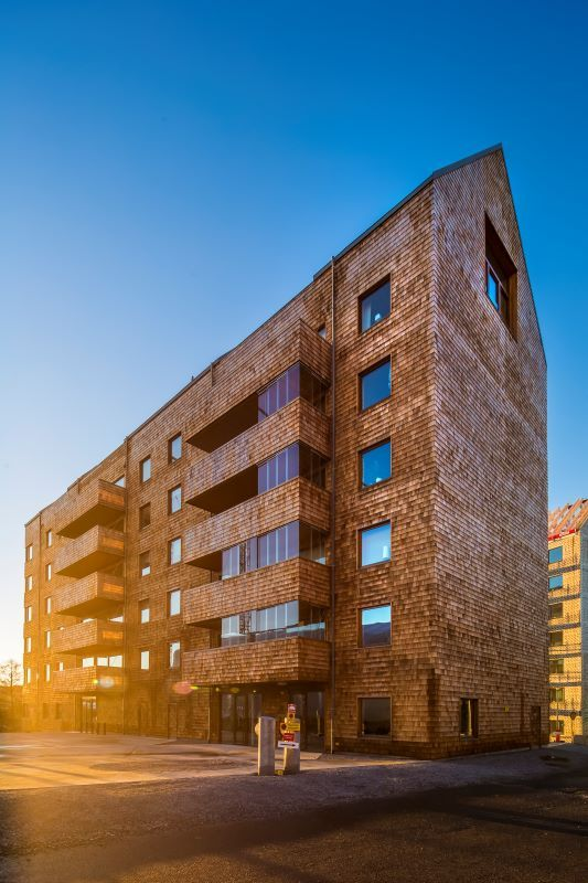 De fyra nya kvarter i Sundbyberg Strandpark är vackert klädd i cederträ och är den stora snackisen i byggbranschen just nu. Standparken är et av årets byggnader som är nominerade  till Träpriset 2016.Foto/arkitekt: David Bicho/Wingårdhs