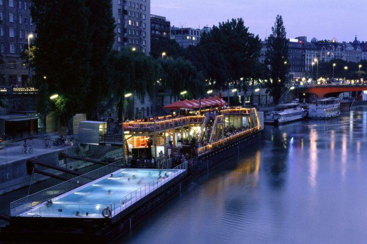 Badeschiff am Donaukanal bei Nacht