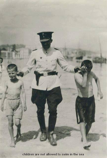 Karaköy Salıpazarı civarında denize giren çocuklar ve polis.