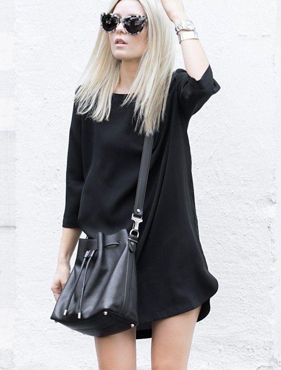 Les tenues les plus simples sont souvent les plus efficaces. La preuve en image avec ce total look noir qui sera parfait avec des baskets blanches !
