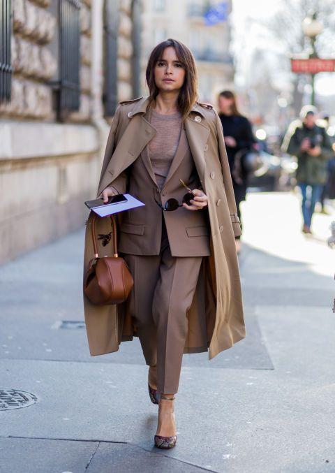 Olvídate del clásico traje negro o gris y apuesta por un color otoñal comoel marrón (o burdeos, topo, camel, verde oliva). Conseguirás un look ganador introduciendodetalles de estilo como el bajo 'cropped', un suéter de punto y complementos enla misma gama de color.