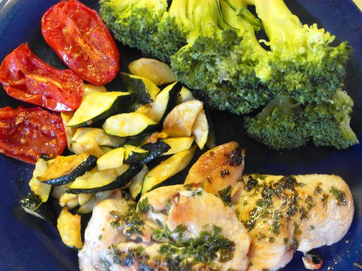 Morčacie prsia s grilovanou zeleninou a brokolica výborne doplní svieže biele víno  - www.vinopredaj.sk  #morcacie #maso #brokolica #grilovanie #gril #jedlo #food #goodfood #dobrejedlo #gastronomia #vino #wine #wein