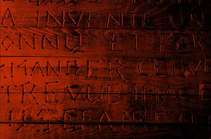 Un discours paranoïaque gravé dans le bois avec rage, avec des instruments pointus trouvés dans la cuisine ou la grange, le plancher de Jeannot est exposé rue Cabanis, dans une rue attenante à l'hôpital Saint-Anne. Après 5 mois passés à le réaliser, Jeannot, son auteur, meurt d'inanition - emportant avec lui le sens de son mystérieux message d'avertissement destiné à la planète.  « LA RELIGION A INVENTE DES MACHINES A COMMANDER LE CERVEAU DES GENS ET BETES ET AVEC UNE INVENTION A VOIR…
