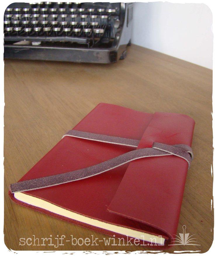 Schrijfboek met handgemaakte kaft van rood leer en een paars sluitlint (ook leer). Verkocht. Meer weten over handgemaakte schrijfboeken? mail info@schrijf-boek-winkel.nl
