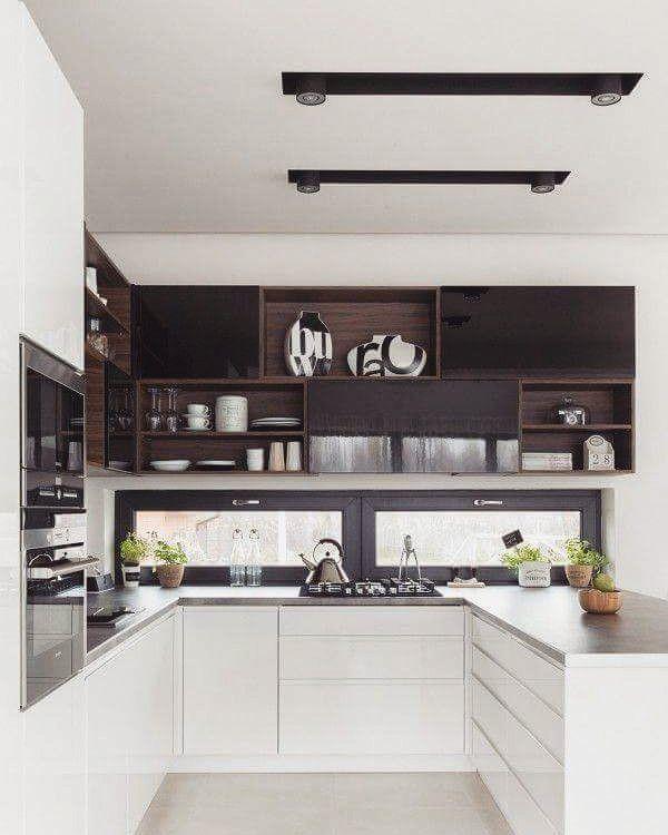 Biała kuchnia to ponadczasowa kuchnia  Czasem warto jednak przełamać takie wnętrze kolorem - w tym wypadku brązem!  #bogaccypl #kuchnia #kuchnie #inspiracje #inspiracja  #wnętrza #mojemieszkanie #mojdom #aranżacjawnętrz #meblekuchenne #mojakuchnia #meble #pomysł  #pieknakuchnia #kitchen #kitcheninspo #interiordesign #decor #meblenawymiar  #nowakuchnia #remont #beautiful #vsco #vscocam