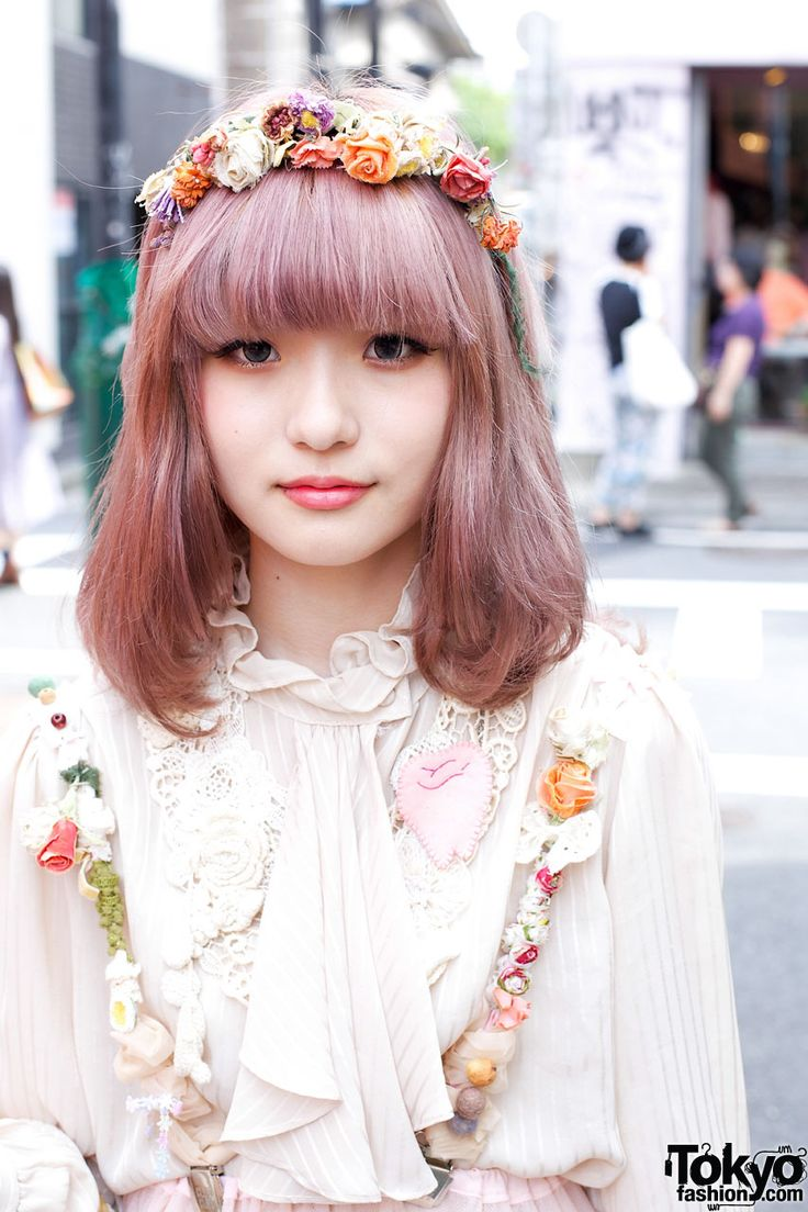 This cute girl with lavender hair is an 18-year-old student named Yukinko. She has put together a cute look with dolly kei touches by combining a lace and ruffle top from New York Joe Exchange with a tiered chiffon skirt from The Virgin Mary. Her vintage crochet handbag is also from The Virgin Mary.