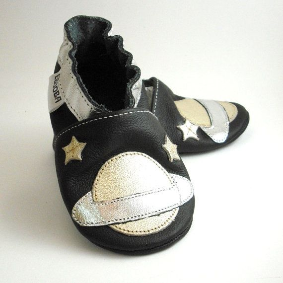 Have you been teaching your kid about space? Let this brightly colored Ebooba handmade shoe be a lovely reminder of the beautiful galaxy. We only use the finest leather on the market for these soft soled leather baby shoes!  Size chart : https://www.etsy.com/shop/ebooba/policy / Baby Swoon <3