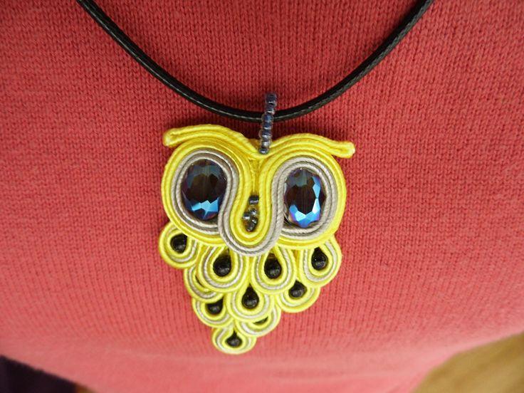 Ręcznie wykonany wisiorek w kształcie uroczej sówki. / Handmade pendant in the shape of a charming owl.