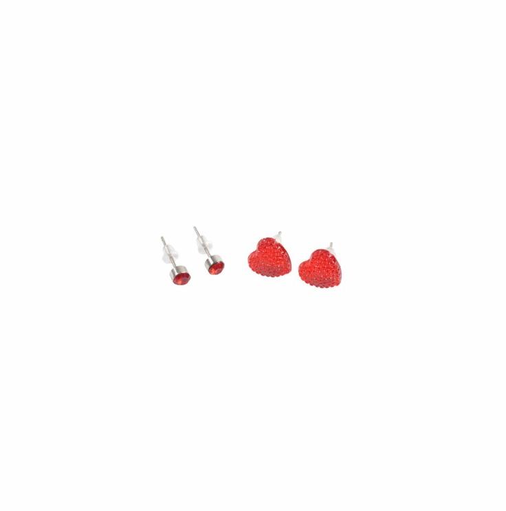 Sarcillos con una piedrita en forma de corazón en color rojo, sobre dorado.