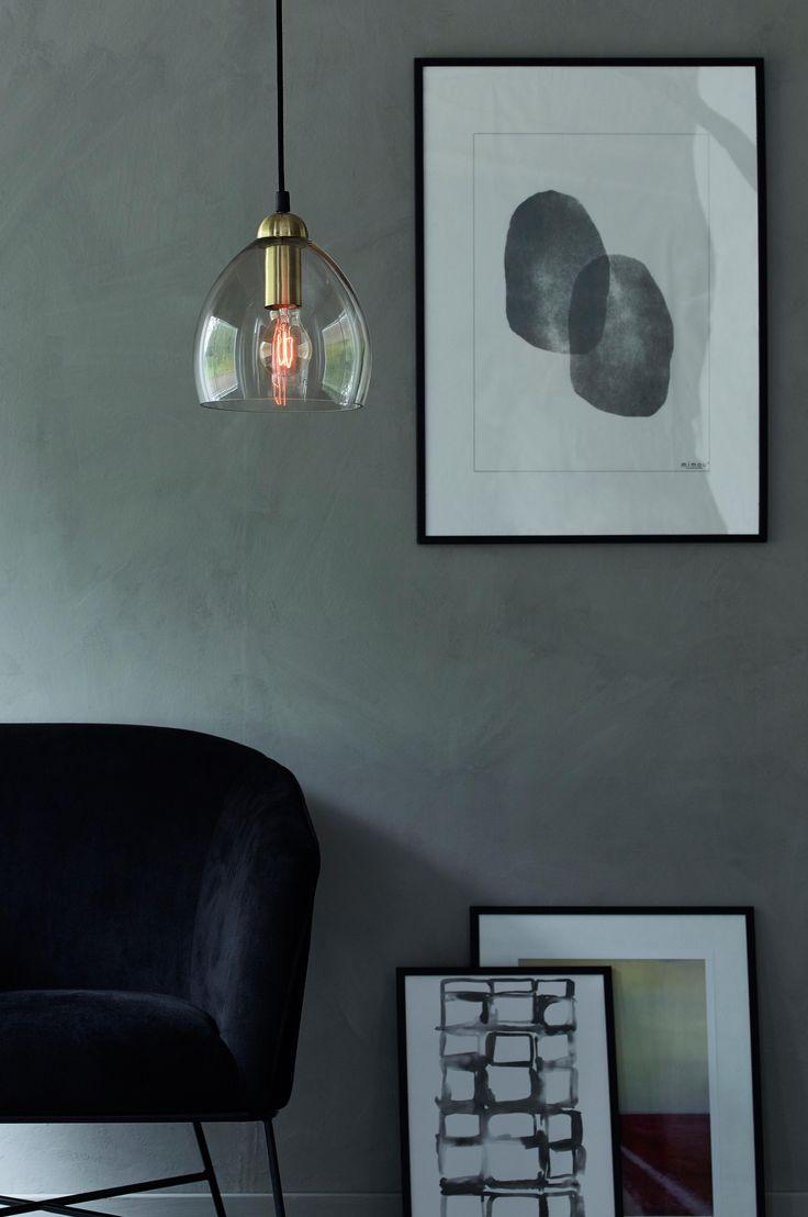 Taklampe av lyst røykfarget glass med pæreholder i messingfarget metall. Høyde ca. 20 cm, ø ca. 20 cm. Svart takkopp av plast med krokoppheng og støpsel. Svart tekstilledning, ledningslengde 110 cm. Stor sokkel E27. Maks 40 W. Lyspære inngår ikke. OBS! Noen tak/vinduslamper leveres med EU-støpsel som ikke kan benyttes i Norge. Dette må klippes av - for utbytting til støpsel av norsk standard (må utføres av autorisert elektriker). Alle våre lamper er CE-godkjente.