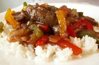 Easy Beef Pepper Steak over Rice - Trying this tonight sans green peppers