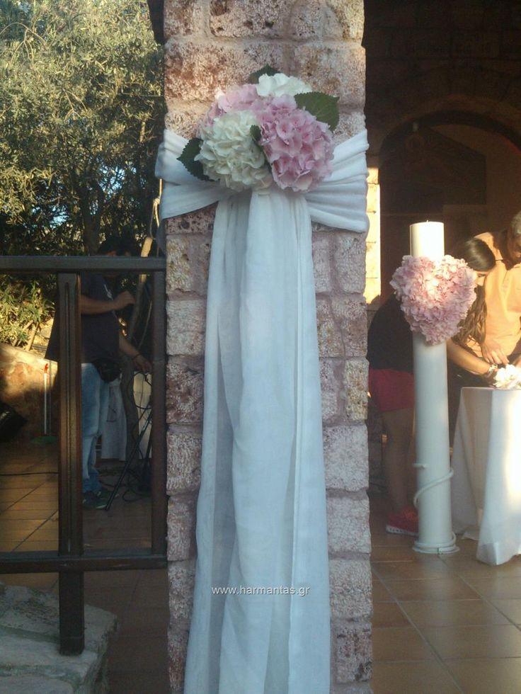 Κωδ.74 Στολισμός εκκλησίας γάμου με λευκές και ροζ ορτανσίες σε κομψό μπουκέτο δεμένο με γάζα στο εκκλησάκι του κτήματος Μπραιμιώτη