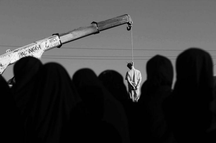 """Irán ahorca a dos """"enemigos de Dios"""". Se les acusaba de trabajar tanto con la CIA como con el Mosad. Se desconoce cuándo fueron juzgados y dónde fueron ejecutados.  http://elmed.io/iran-ahorca-a-dos-enemigos-de-dios/"""