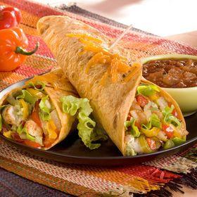 Burritos au poulet, riz et légumes à la mexicaine .