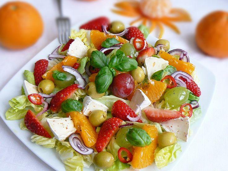 Sałatka z owocami i camembertem