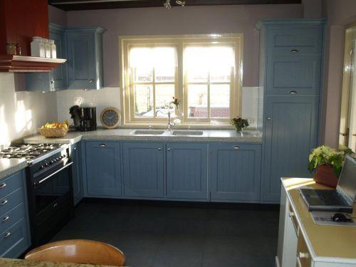 VRI interieur landelijke keuken klassiek blauw met terrazzo blad, houten laden en fornuis