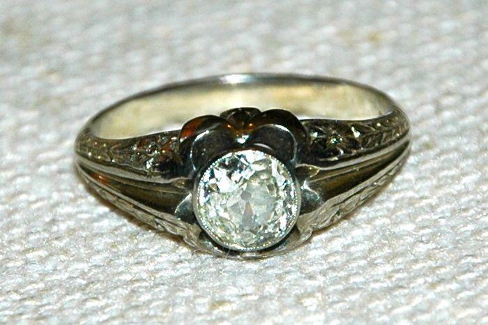 Ring voor mannen met een antieke cut diamant - laat 1800s - gecertificeerde minimaal 100-1.20 ct diamond  Ring voor majestueuze mannen zouden behoord hebben tot de graaf Tacchia (1860-1925) leverancier van hout naar het Vaticaan. Zijn echte naam was graaf Adriano Bennicelli hij was gebonden aan Monte dei Pegni Flaminio en bevrijd door een vrouwelijke vriend door de naam van G. Tacchia en deze naam werd doorgegeven door de jaren heen aan de huidige afstammeling M. Tacchia.De ring is dateert…