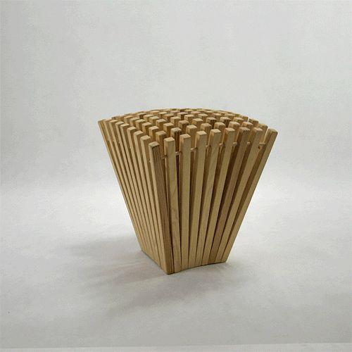 Hedgehog stool. Een krukje van de hand van Kamila Sęk geïnspireerd door de egel. Het is gemaakt van 81 latten van grenen hout met elkaar verbonden door houten pennen.