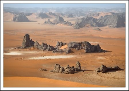 Государство не обходит своим вниманием Большую пустыню Виктория. С 1965 года существенная часть её территории носит статус охраняемой зоны и вместе с национальным парком Мамунгари на равнине Налларбор в штате Южная Австралия считается одним из двенадцати австралийских заповедников, состоящих под эгидой ЮНЕСКО в рамках программы «Человек и биосфера». Особенное внимание при этом уделяется сохранению и поддержанию естественных комплексов песчаных пустынь, каменистых гряд и солёных озёр.