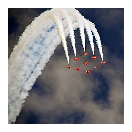 Obraz na płótnie - Air Show dymiące samoloty - dostępny w rozmiarach 100x100, 90x90, 80x80, 70x70, 60x60, 55x55, 50x50, 45x45, 40x40, 30x30, 20x20 #fedkolor #obrazzezdjęcia #samoloty #chmury #AirShow #zdjęcianapłótnie #wydrukujzdjęcie #napłótnie #zdjęcie #fotografia #wydrukuj #czerwonysamolot #dlapasjonatów #naprezent