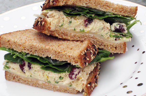 Panino al sesamo con crema di sardine, olive e spinacini
