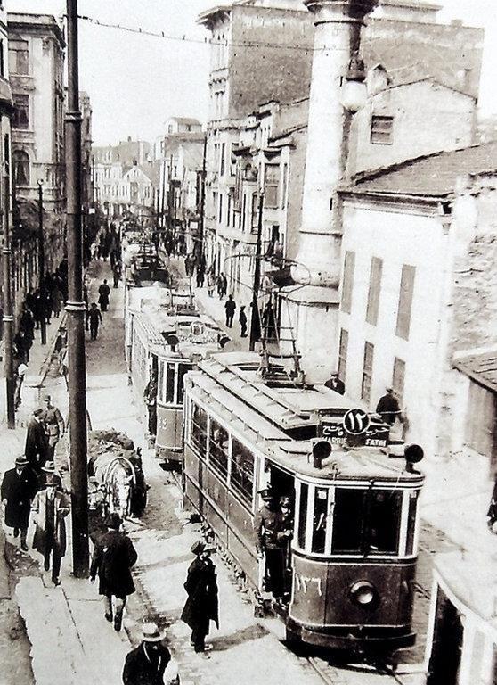 Hüdavendigar Caddesi (1920'li yıllar. Sirkeci) Günümüz Panoraması... ...