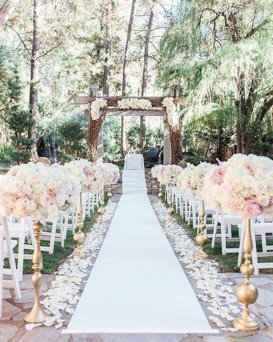 Nem só de tapetes vermelhos vivem os casamentos! Decoração mais delicada com tapetes claros